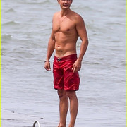 orlando_bloom_goes_shirtless_in_low_riding_trunks_at_the_beach_01