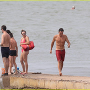 orlando_bloom_goes_shirtless_in_low_riding_trunks_at_the_beach_12