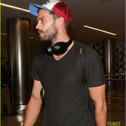 jamie_dornan_arrives_at_lax_airport_16