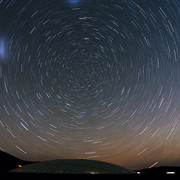1280px-Stars-Circle-over-the-Residencia-at-Cerro-Paranal