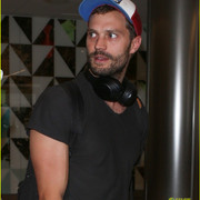 jamie_dornan_arrives_at_lax_airport_10
