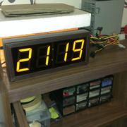 Электронные часы с большими семисегментными индикаторами