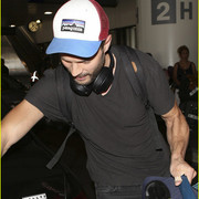 jamie_dornan_arrives_at_lax_airport_06
