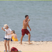 orlando_bloom_goes_shirtless_in_low_riding_trunks_at_the_beach_34
