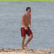 orlando_bloom_goes_shirtless_in_low_riding_trunks_at_the_beach_32